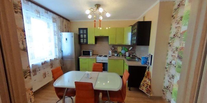 Продается трехкомнатная квартира в хорошем районе с развитой инфраструктурой.