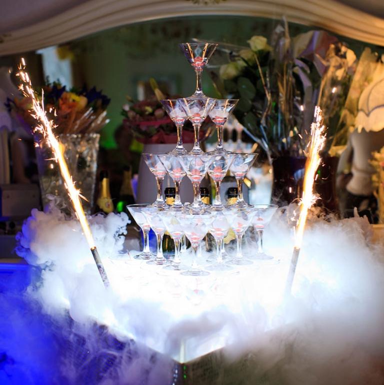 Горка из шампанскогоПирамида шампанского на велком